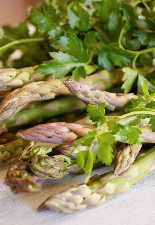 pile of fresh, raw asparagus and parsley